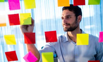 Businessman writing on post-it in the office